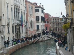 Suasana jalan di sekitar Venice yang dihubungkan oleh ratusan jembatan.