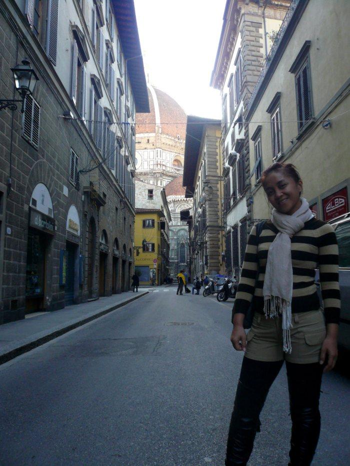 Duomo Dome, nampak dari dari jauh.  Dari Via dei Servi. Tipikal jalanan di Italy yang kecil dan sempit, semacam gang kecil.