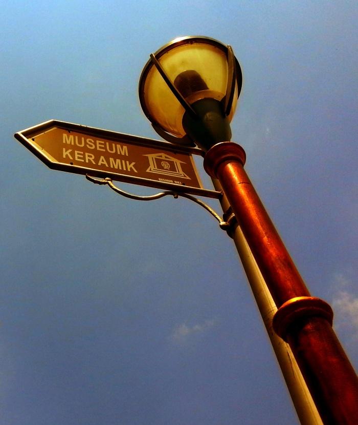 Sebagai bonus kalo kamu ke Kanim JakBar, setelah urusan selesai bisa jalan-jalan ke sini. Atau sekedar foto-foto di sekitar Plasa Fatahillah. Bawa kamera DSLR kalo perlu...hehehe...