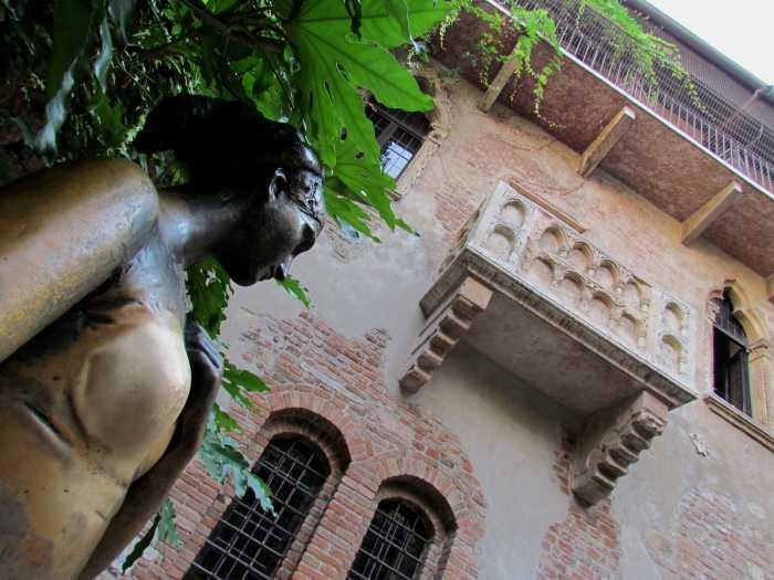 The Balcony of Juliet's House. Gambar diambil dari sini.